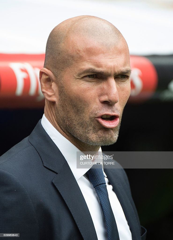 Real Madrid's French coach Zinedine Zidane during the Spanish league football match Real Madrid CF vs Athletic Club Bilbao at the Santiago Bernabeu stadium in Madrid on February 13, 2016. / AFP / CURTO DE LA TORRE