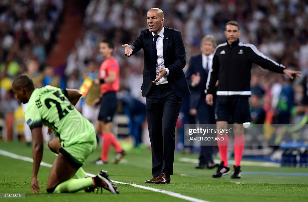 Real Madrid's French coach Zinedine Zidane (C) gestures during the UEFA Champions League semi-final second leg football match Real Madrid CF vs Manchester City FC at the Santiago Bernabeu stadium in Madrid, on May 4, 2016. / AFP / JAVIER