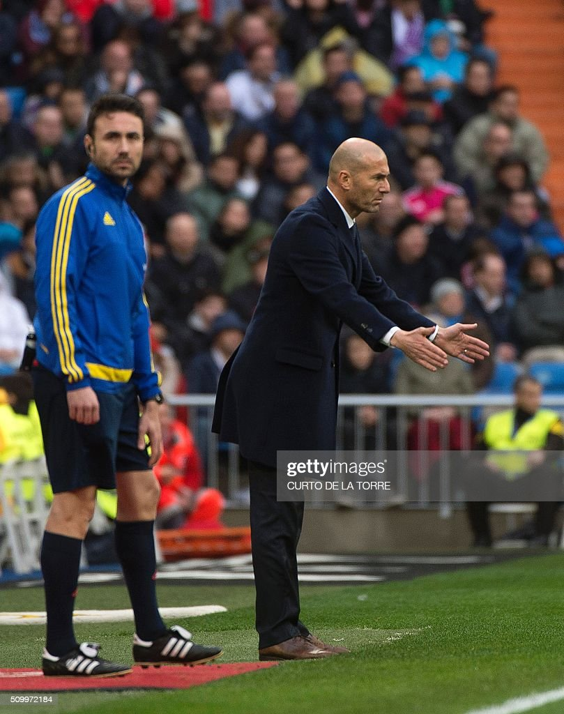 Real Madrid's French coach Zinedine Zidane (R) gestures on the sidelines during the Spanish league football match Real Madrid CF vs Athletic Club Bilbao at the Santiago Bernabeu stadium in Madrid on February 13, 2016. / AFP / CURTO DE LA TORRE