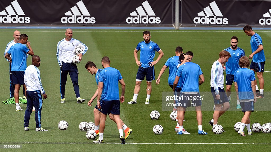 Real Madrid's French coach Zinedine Zidane (4th L) looks at his players during a training session on the club's Open Media Day at Real Madrid sport city in Madrid on May 24, 2016. / AFP / GERARD