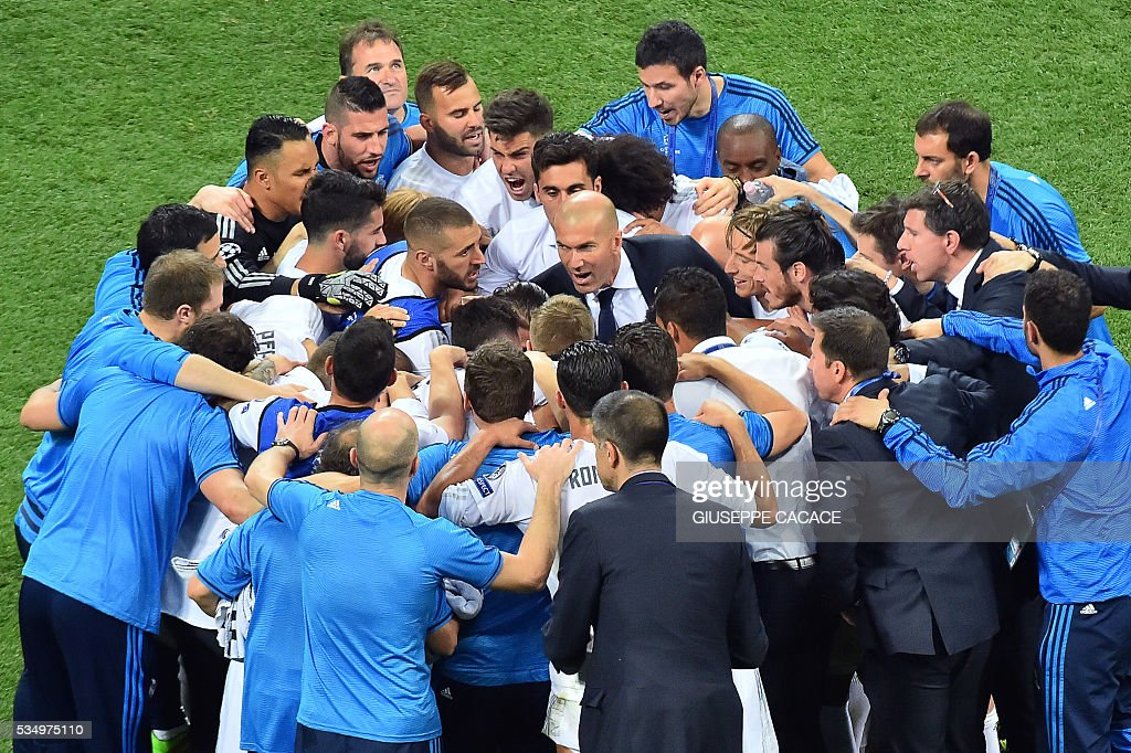 Real Madrid's French coach Zinedine Zidane speaks to his players before the penalty shoot out during the UEFA Champions League final football match between Real Madrid and Atletico Madrid at San Siro Stadium in Milan, on May 28, 2016. / AFP / GIUSEPPE