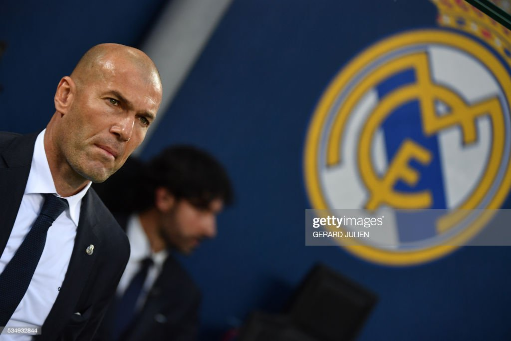 Real Madrid's French coach Zinedine Zidane watches his players during the UEFA Champions League final football match between Real Madrid and Atletico Madrid at San Siro Stadium in Milan, on May 28, 2016. / AFP / GERARD