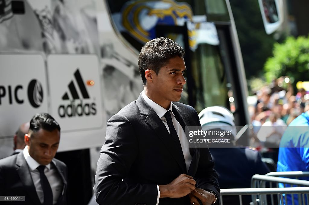 Real Madrid's French defender Raphael Varane arrives at Raddison Hotel in Milan on he eve of the Uefa Champions League final on May 27, 2016. / AFP / GIUSEPPE