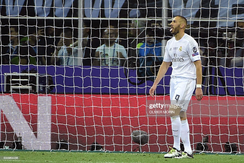 Real Madrid's French forward Karim Benzema reacts after missing a shot during the UEFA Champions League final football match between Real Madrid and Atletico Madrid at San Siro Stadium in Milan, on May 28, 2016. / AFP / OLIVIER
