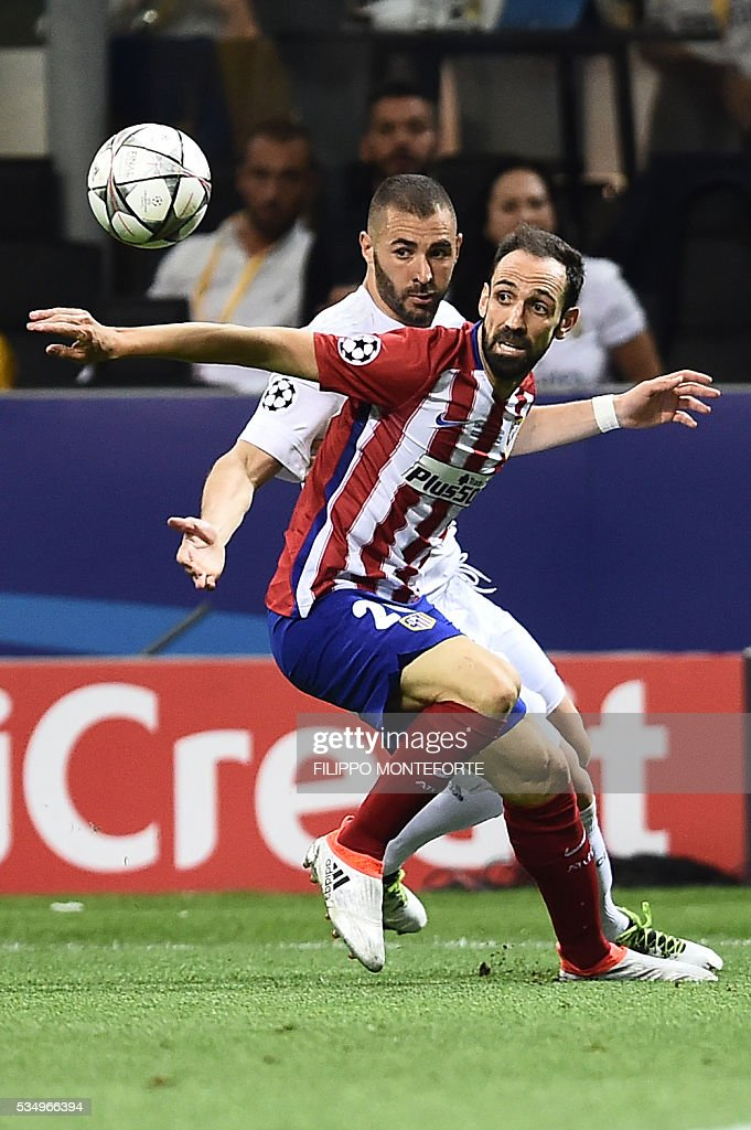 Real Madrid's French forward Karim Benzema (L) vies with Atletico Madrid's Uruguayan defender Diego Godin during the UEFA Champions League final football match between Real Madrid and Atletico Madrid at San Siro Stadium in Milan, on May 28, 2016. / AFP / FILIPPO