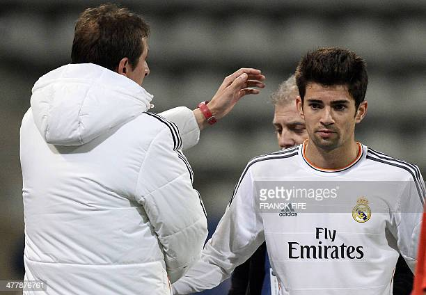 Real Madrid's French midfielder Enzo Zidane the 18yearold son of French football legend Zinedine Zidane leaves the pitch congradulated by real...