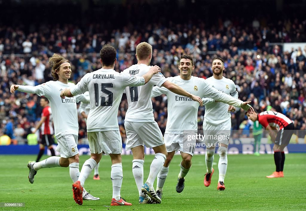 Real Madrid's German midfielder Toni Kroos (C) is congratulated by teammates after scoring during the Spanish league football match Real Madrid CF vs Athletic Club Bilbao at the Santiago Bernabeu stadium in Madrid on February 13, 2016. / AFP / GERARD JULIEN