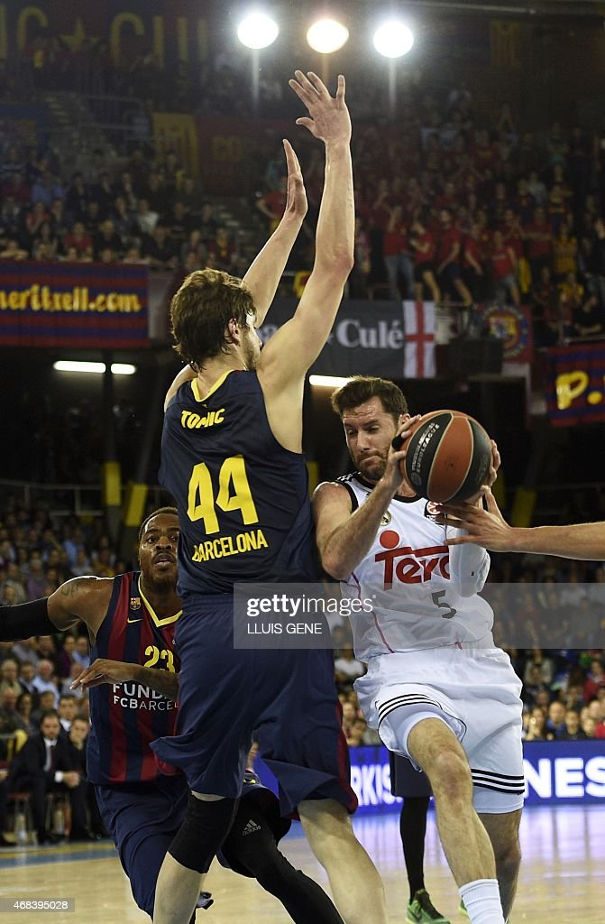 Real Madrid's guard Rudy Fernandez (R) vies with Barcelona's Croatian centre Ante Tomic during the Euroleague Top 16 Group E round 13 basketball match Barcelona vs Real Madrid at the Palau Blaugrana sportshall in Barcelona on April 2, 2015. AFP PHOTO/ LLUIS GENE