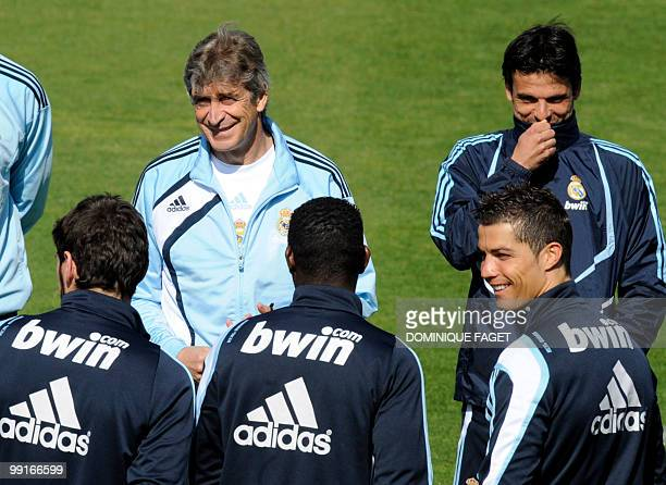 Real Madrid's head coach Manuel Pellegrini speaks to his players during a training session in Madrid on May 13 2010 AFP PHOTO/DOMINIQUE FAGET