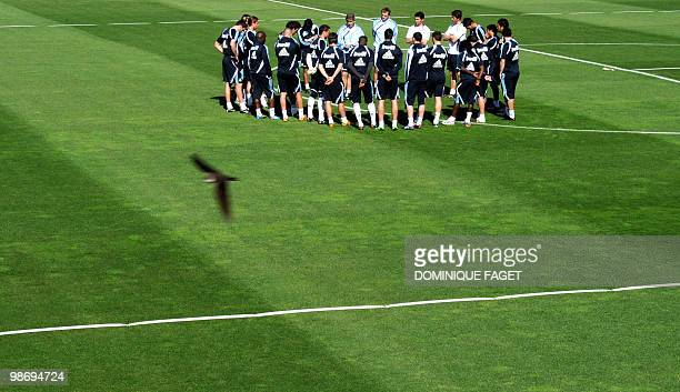 Real Madrid's Head coach Manuel Pellegrini speaks to players during a training session in Madrid on April 27 2010 AFP PHOTO / DOMINIQUE FAGET