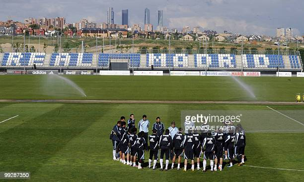 Real Madrid's head coach Manuel Pellegrini speaks to players during a training session in Madrid on May 13 2010 AFP PHOTO/DOMINIQUE FAGET