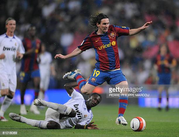 Real Madrid's Malian midfielder Mahamadou Diarra vies with Barcelona's Argentine forward Lionel Messi during their Liga football match at Santiago...