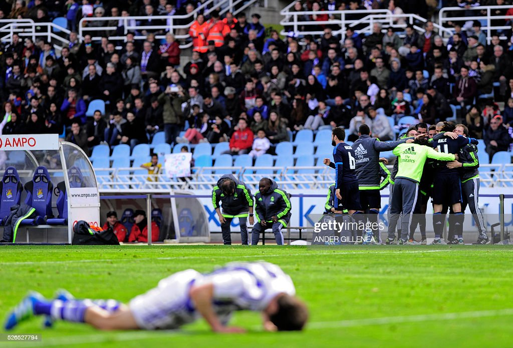 Real Madrid's players celebrate a goal during the Spanish league football match Real Sociedad vs Real Real Madrid CF at the Anoeta stadium in San Sebastian on April 30, 2016. / AFP / ANDER