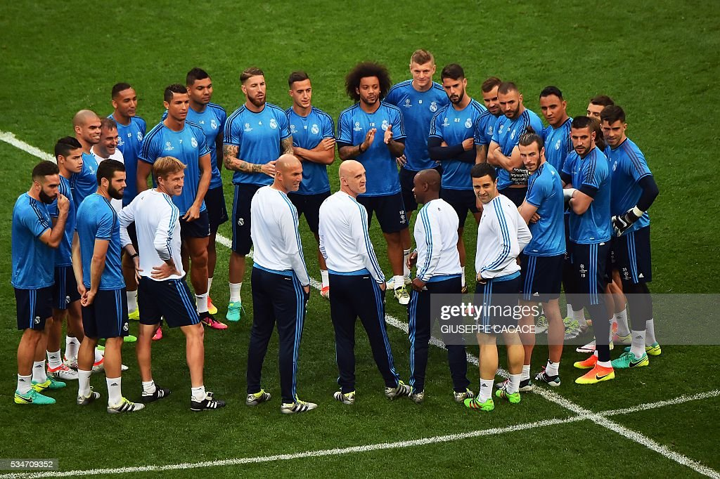 Real Madrid's players gather at the start of a training session at the San Siro Stadium in Milan, on May 27, 2016, on the eve of the UEFA Champions League final foobtall match between Real Madrid and Atletico Madrid. / AFP / GIUSEPPE