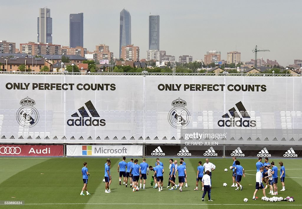 Real Madrid's players take part in a training session during the club's Open Media Day at Real Madrid sport city in Madrid on May 24, 2016. / AFP / GERARD