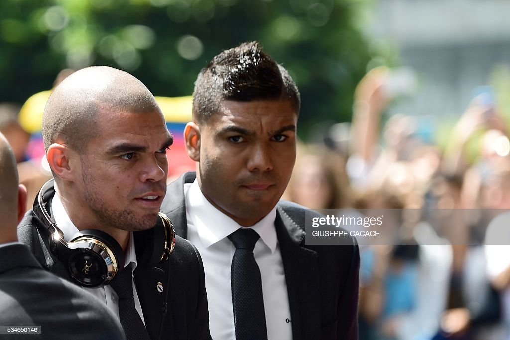 Real Madrid's Portuguese defender Pepe (L) arrives at Raddison Hotel in Milan on he eve of the Uefa Champions League final on May 27, 2016. / AFP / GIUSEPPE
