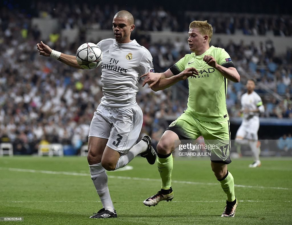 Real Madrid's Portuguese defender Pepe (L) vies with Manchester City's Belgian midfielder Kevin De Bruyne during the UEFA Champions League semi-final second leg football match Real Madrid CF vs Manchester City FC at the Santiago Bernabeu stadium in Madrid, on May 4, 2016. / AFP / GERARD