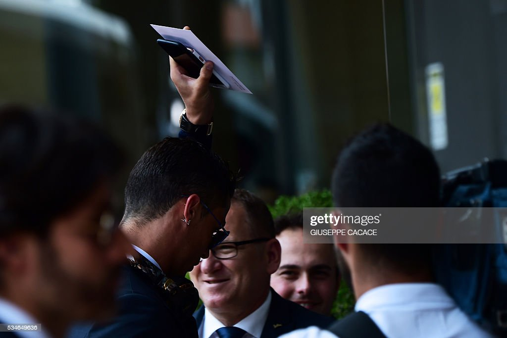 Real Madrid's Portuguese forward Cristiano Ronaldo arrives at Raddison Hotel in Milan on he eve of the Uefa Champions League final on May 27, 2016. / AFP / GIUSEPPE