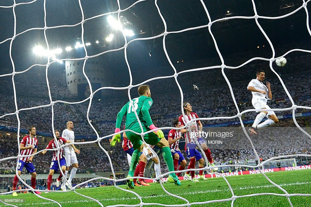 Real Madrid's Portuguese forward Cristiano Ronaldo (R) attempts to score during the UEFA Champions League final football match between Real Madrid and Atletico Madrid at San Siro Stadium in Milan, on May 28, 2016. / AFP / OLIVIER