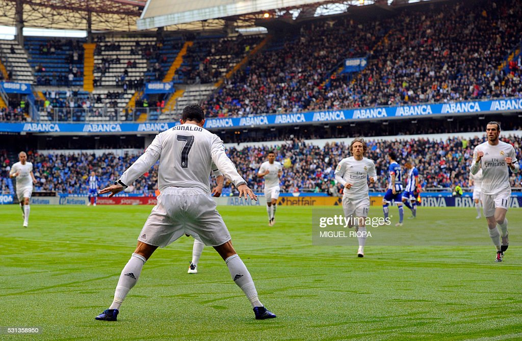 TOPSHOT - Real Madrid's Portuguese forward Cristiano Ronaldo celebrates after scoring a goal during the Spanish league football match RC Deportivo de la Coruna vs Real Madrid at the Riazor stadium in Coruna on May 14, 2016. / AFP / MIGUEL