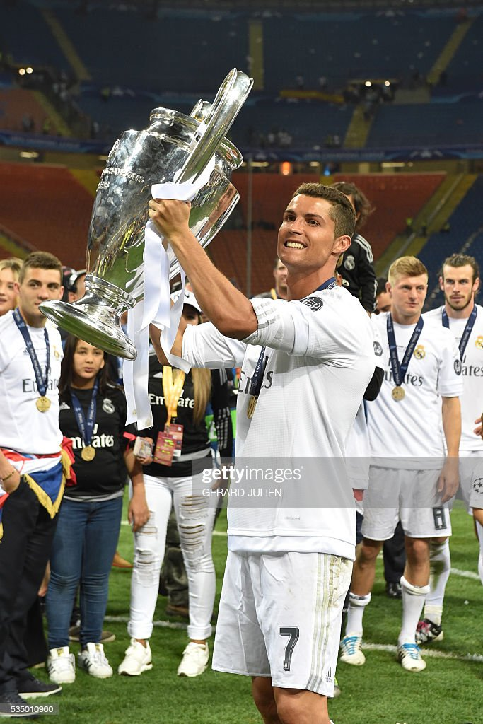 Real Madrid's Portuguese forward Cristiano Ronaldo lifts the trophy after Real Madrid won the UEFA Champions League final football match over Atletico Madrid at San Siro Stadium in Milan, on May 28, 2016. / AFP / GERARD