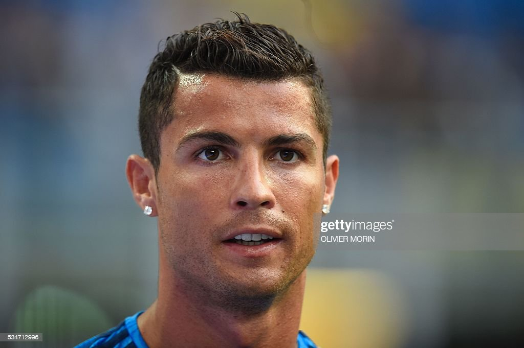 Real Madrid's Portuguese forward Cristiano Ronaldo looks on during a training session at the San Siro Stadium in Milan, on May 27, 2016, on the eve of the UEFA Champions League final foobtall match between Real Madrid and Atletico Madrid. / AFP / OLIVIER
