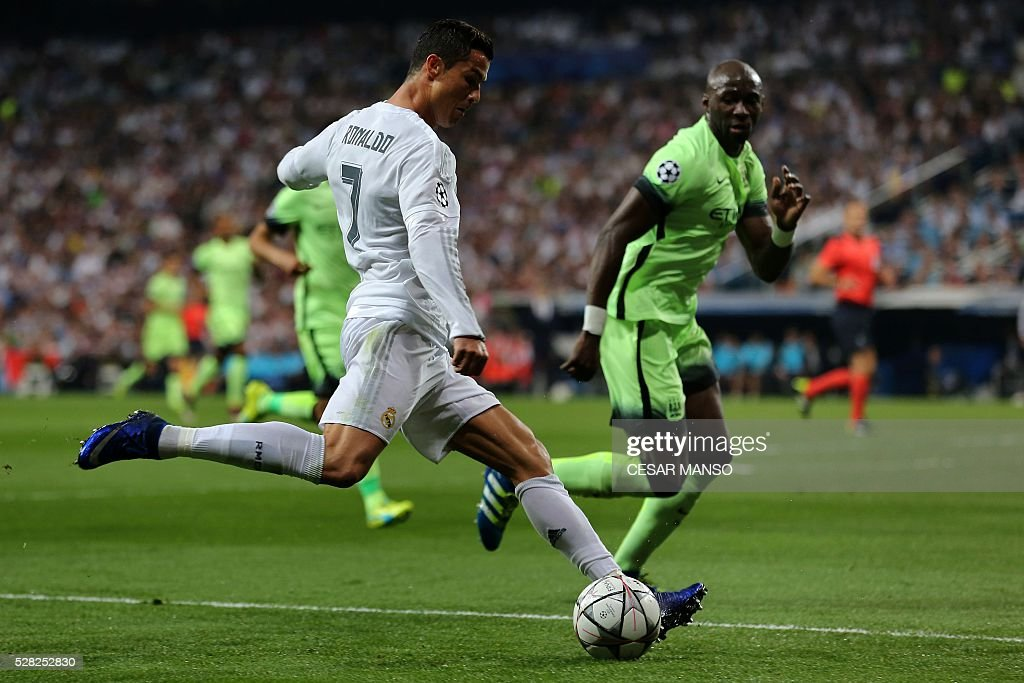 Real Madrid's Portuguese forward Cristiano Ronaldo (L) prepares to kick the ball during the UEFA Champions League semi-final second leg football match Real Madrid CF vs Manchester City FC at the Santiago Bernabeu stadium in Madrid, on May 4, 2016. / AFP / CESAR