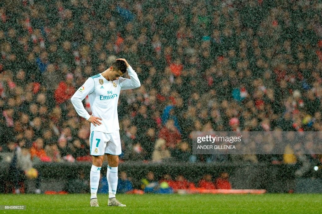 TOPSHOT - Real Madrid's Portuguese forward Cristiano Ronaldo reacts as snow falls during the Spanish league football match Athletic Club Bilbao vs Real Madrid CF at the San Mames stadium in Bilbao on December 2, 2017. / AFP PHOTO / Ander GILLENEA