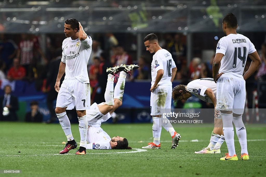 Real Madrid's Portuguese forward Cristiano Ronaldo, Real Madrid's Spanish defender Sergio Ramos, Real Madrid's Spanish midfielder Lucas Vazquez, Real Madrid's Croatian midfielder Luka Modric and Real Madrid's Brazilian midfielder Casemiro react during the UEFA Champions League final football match between Real Madrid and Atletico Madrid at San Siro Stadium in Milan, on May 28, 2016. / AFP / FILIPPO
