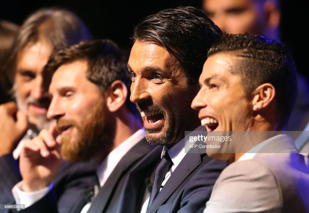 TOPSHOT - Real Madrid's Portuguese forward Cristiano Ronaldo (R) shares a light moment with Juventus's Italian goalkeeper Gianluigi Buffon (C) and Barcelona's Argentinian forward Lionel Messi (C/L) as they wait ahead of the awarding of the title of 'Best Men's Player in Europe' at the conclusion of UEFA Champions League group stage draw ceremony in Monaco on August 24, 2017. /