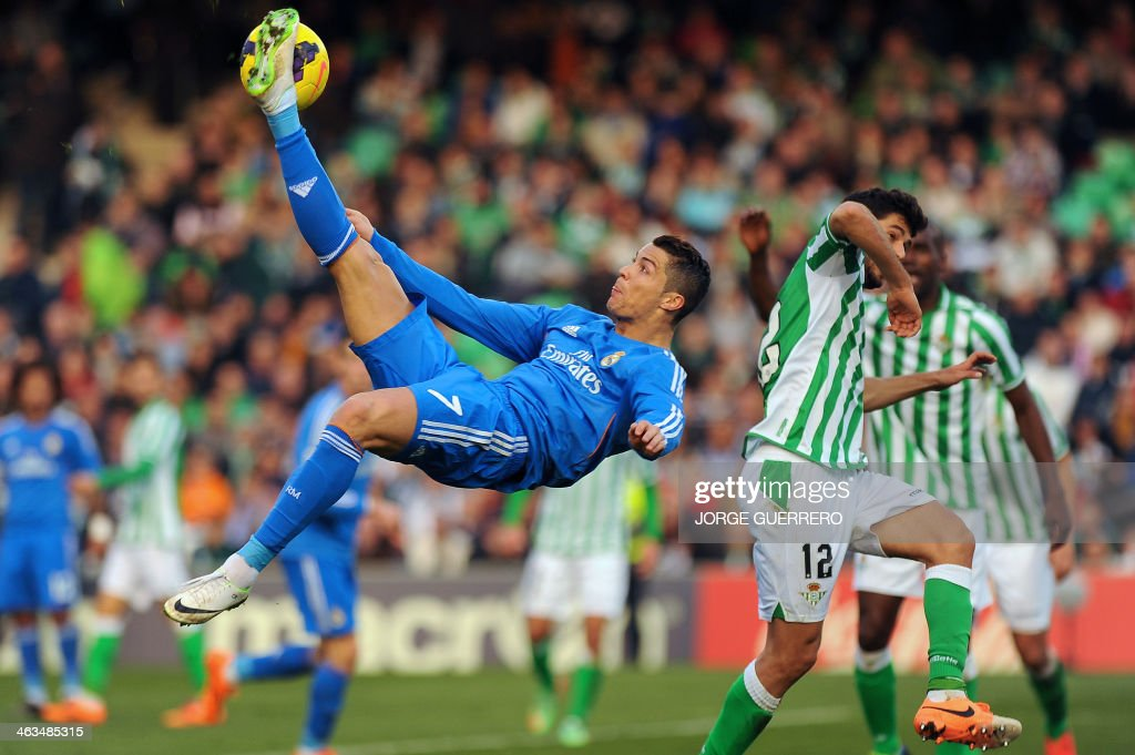 Real Madrid's Portuguese forward Cristiano Ronaldo (L) vies with Betis' defender Didac Vila during the Spanish league football match Real Betis vs Real Madrid on January 18, 2014 at the Benito Villamarin stadium in Sevilla.