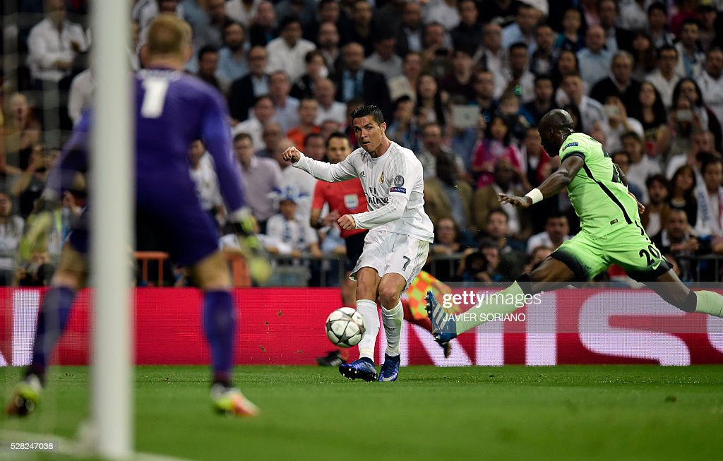 Real Madrid's Portuguese forward Cristiano Ronaldo (C) vies with Manchester City's French defender Eliaquim Mangala (R) during the UEFA Champions League semi-final second leg football match Real Madrid CF vs Manchester City FC at the Santiago Bernabeu stadium in Madrid, on May 4, 2016. / AFP / JAVIER