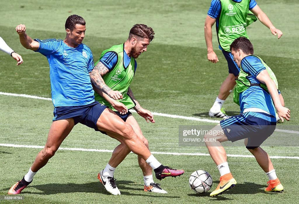 Real Madrid's Portuguese forward Cristiano Ronaldo (L) vies with Real Madrid's defender Sergio Ramos (C) during a training session on the club's Open Media Day at Real Madrid sport city in Madrid on May 24, 2016. / AFP / GERARD