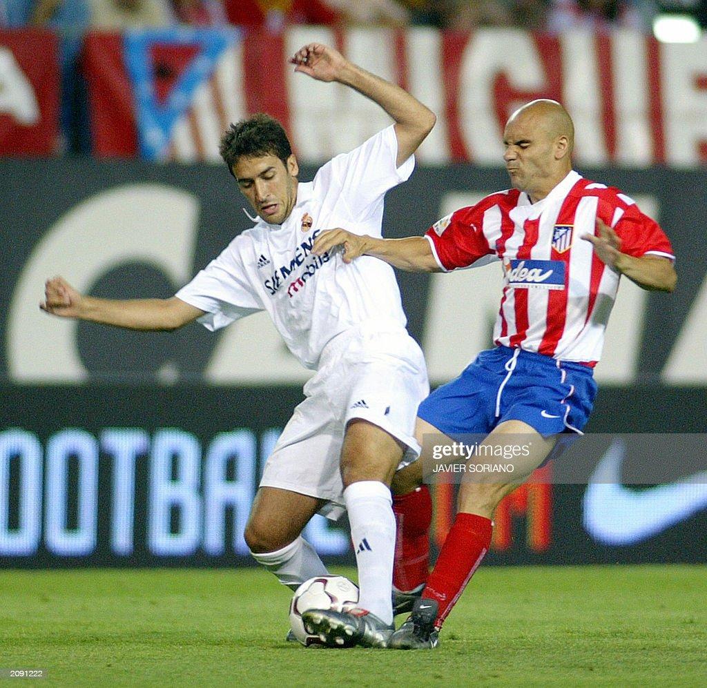 Real Madrid's Raul Gonzalez (L) vies wit : News Photo