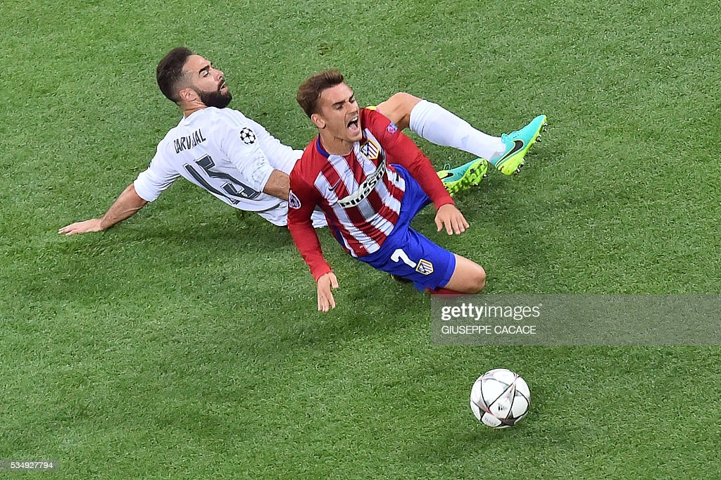 Real Madrid's Spanish defender Dani Carvajal (L) vies for the ball against Atletico Madrid's French forward Antoine Griezmann during the UEFA Champions League final football match between Real Madrid and Atletico Madrid at San Siro Stadium in Milan, on May 28, 2016. / AFP / GIUSEPPE