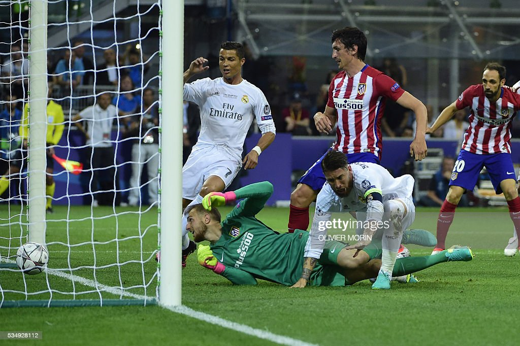 Real Madrid's Spanish defender Sergio Ramos (front - 4) reacts after scoring during the UEFA Champions League final football match between Real Madrid and Atletico Madrid at San Siro Stadium in Milan, on May 28, 2016. / AFP / OLIVIER