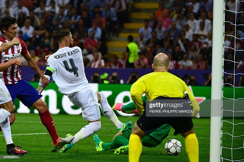 Real Madrid's Spanish defender Sergio Ramos (C) scores the opening goal during the UEFA Champions League final football match between Real Madrid and Atletico Madrid at San Siro Stadium in Milan, on May 28, 2016. / AFP / PIERRE
