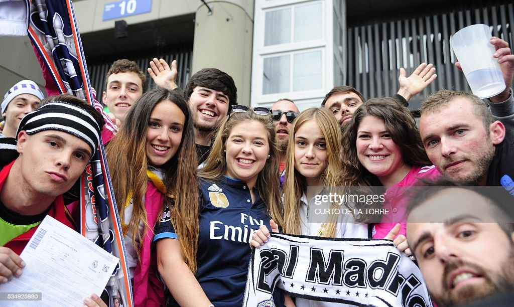 Real Madrid's supporters pose outside the Santiago Bernabeu stadium in Madrid on May 28, 2016 before the UEFA Champions League final foobtall match between Real Madrid CF, Club Atletico de Madrid held in Milan, Italy. / AFP / CURTO