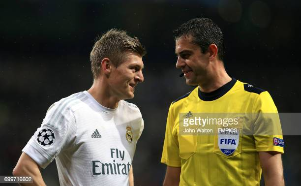 Real Madrid's Toni Kroos talks with referee Viktor Kassai