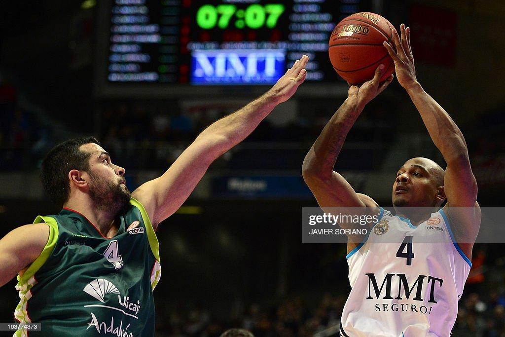 Real Madrid's US guard Dontaye Draper (R) vies with Unicaja's Croatian forward Krunoslav Simon during the Euroleague basketball match Real Madrid vs Unicaja at the Palacio de los Deportes in Madrid on March 15, 2013.