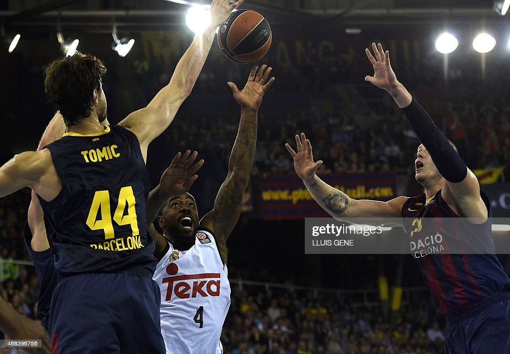 Real Madrid's US guard Kelvin Rivers (C) vies with Barcelona's Croatian centre Ante Tomic (L) and Barcelona's Polish centre <a gi-track='captionPersonalityLinkClicked' href=/galleries/search?phrase=Maciej+Lampe&family=editorial&specificpeople=204669 ng-click='$event.stopPropagation()'>Maciej Lampe</a> (R) during the Euroleague Top 16 Group E round 13 basketball match Barcelona vs Real Madrid at the Palau Blaugrana sportshall in Barcelona on April 2, 2015.