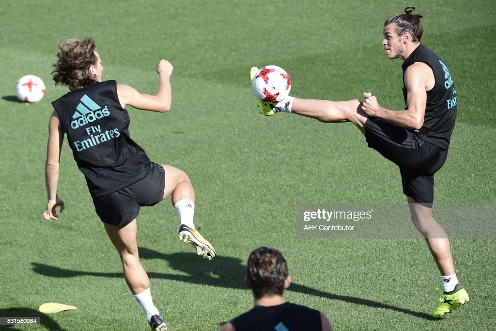 Real Madrid's Welsh forward Gareth Bale (R) and Real Madrid's Croatian midfielder Luka Modric take part in a training session at Real Madrid sport city in Madrid on August 15, 2017, on the eve of the Spanish SuperCup second leg football match Real Madrid CF vs FC Barcelona. /