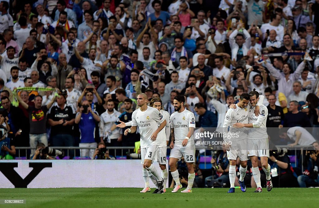 Real Madrid's Welsh forward Gareth Bale (R) celebrates his goal with Real Madrid's Portuguese forward Cristiano Ronaldo (2nd R) during the UEFA Champions League semi-final second leg football match Real Madrid CF vs Manchester City FC at the Santiago Bernabeu stadium in Madrid, on May 4, 2016. / AFP / JAVIER