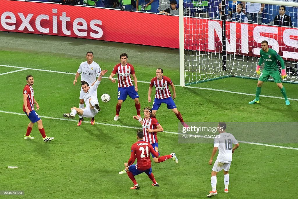 Real Madrid's Welsh forward Gareth Bale (2nd L) jumps for the ball during the UEFA Champions League final football match between Real Madrid and Atletico Madrid at San Siro Stadium in Milan, on May 28, 2016. / AFP / GIUSEPPE