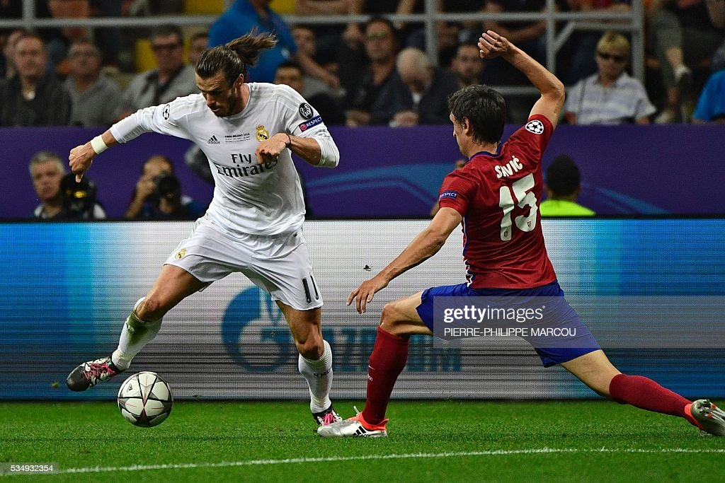 Real Madrid's Welsh forward Gareth Bale (L) vies with Atletico Madrid's Montenegrin defender Stefan Savic during the UEFA Champions League final football match between Real Madrid and Atletico Madrid at San Siro Stadium in Milan, on May 28, 2016. / AFP / PIERRE