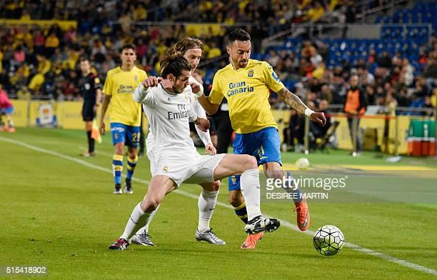 Real Madrid's Welsh forward Gareth Bale vies with Las Palmas' midfielder Momo and Las Palmas' forward Jonathan Viera during the Spanish league...