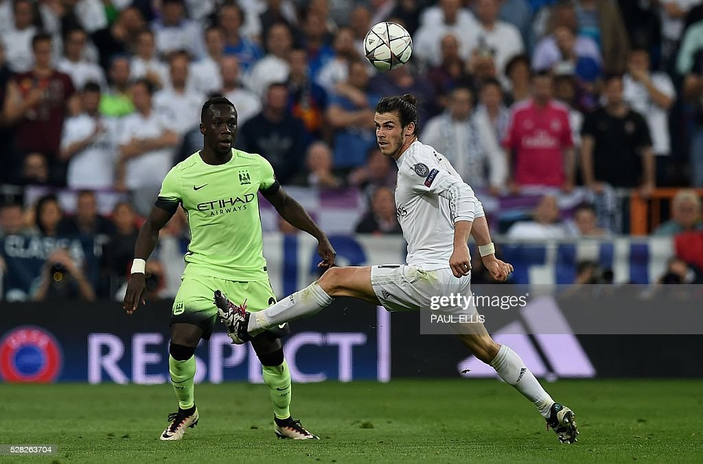 Real Madrid's Welsh forward Gareth Bale (R) vies with Manchester City's French defender Bacary Sagna during the UEFA Champions League semi-final second leg football match Real Madrid CF vs Manchester City FC at the Santiago Bernabeu stadium in Madrid, on May 4, 2016. / AFP / PAUL
