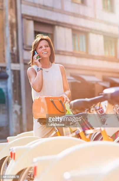 Real femme d'âge mûr à l'aide de smartphone dans la rue