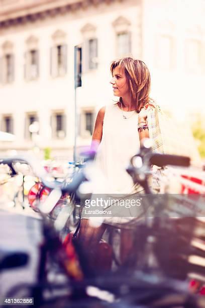 Real milieu âgé Femme sur la rue avec sac de shopping