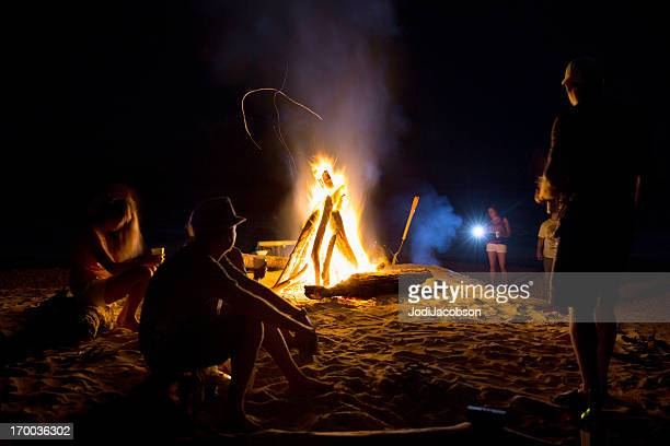 Real Personen: Lagerfeuer am Strand